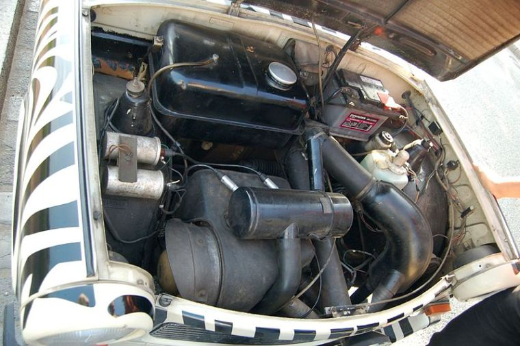 800px-Engine_of_Trabant_601_S_of_Trabi_Safari_in_Dresden_2.jpg